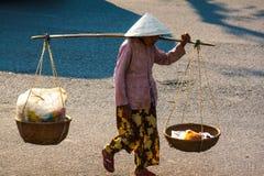 Oidentifierad kvinnasäljare i den gamla fjärdedelen av Saigon arkivfoton
