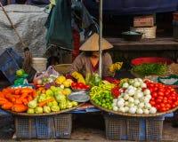 Oidentifierad kvinnasäljare på gatamarknaden royaltyfria foton