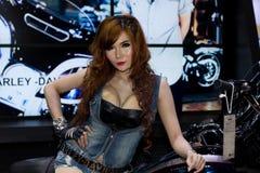 Oidentifierad kvinnlig presentatör av Harley Davidson i motorisk show Arkivfoton