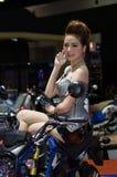 Oidentifierad kvinnlig presentatör av Honda i motorisk show Royaltyfria Foton