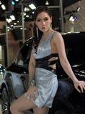 Oidentifierad kvinnlig presentatör av Porsche i motorisk show Arkivbild