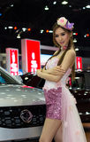 Oidentifierad kvinnlig presentatör av Ssangyang i motorisk show Arkivfoton