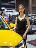Oidentifierad kvinnlig presentatör på det Audi båset fotografering för bildbyråer