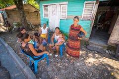 Oidentifierad lokal familj som tycker om middagsiesta i by nära Barahona, Dominikanska republiken Arkivbild