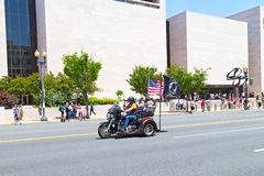Oidentifierad man på mopeden med USA och amerikan POWs och MIA-flaggor Arkivfoton