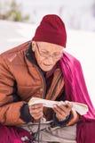 Oidentifierad man som ber på den berömda Bouddanath templet i Katmandu Arkivfoton
