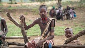 Oidentifierad pojke från stammen av Hamar i den Omo dalen av Etiopien arkivfoton