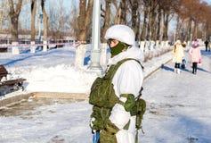 Oidentifierad rysk soldat i modern militär vinterlikformig a Arkivfoton