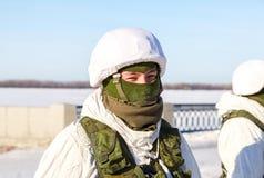 Oidentifierad rysk soldat i modern militär vinterlikformig a Arkivbilder