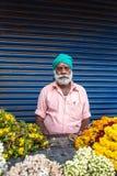 Oidentifierad sikhmanförsäljning blommar på gator av Cochin, Indien Royaltyfri Fotografi