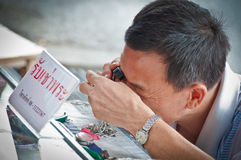 Oidentifierad thailändsk buddism kontrollerar på buddha amuletter Arkivbilder