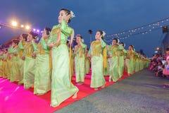Oidentifierad traditionell dans för thai folk i ståta på den årliga festivalThao Suranaree monumentet Arkivbild