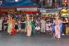 Oidentifierad traditionell dans för thai folk i ståta på den årliga festivalThao Suranaree monumentet Royaltyfria Foton
