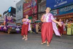 Oidentifierad traditionell dans för thai folk i ståta på den årliga festivalThao Suranaree monumentet Fotografering för Bildbyråer