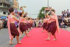 Oidentifierad traditionell dans för thai folk i ståta på den årliga festivalThao Suranaree monumentet Arkivfoto
