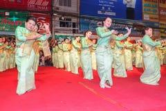 Oidentifierad traditionell dans för thai folk i ståta på den årliga festivalThao Suranaree monumentet Royaltyfria Bilder