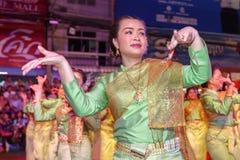 Oidentifierad traditionell dans för thai folk i ståta på den årliga festivalThao Suranaree monumentet Royaltyfri Fotografi