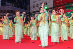 Oidentifierad traditionell dans för thai folk i ståta på den årliga festivalThao Suranaree monumentet Royaltyfri Foto
