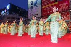 Oidentifierad traditionell dans för thai folk i ståta på den årliga festivalThao Suranaree monumentet Arkivbilder
