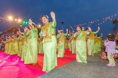 Oidentifierad traditionell dans för thai folk i ståta på den årliga festivalThao Suranaree monumentet på Arkivfoto