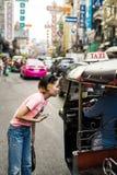 Oidentifierad tuktukchaufför och turister Arkivbilder