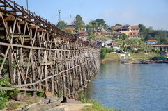 Oidentifierad turist som tycker om och går på den gamla trämåndag bron i Sangkhla Buri på November 25, 2016 i Kanchanaburi som är Royaltyfria Bilder