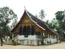 Oidentifierad turist- ställning framme av templet Royaltyfri Foto