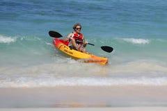 Oidentifierad turist- tyckande om havskajak på den Bavaro stranden i Punta Cana Arkivbild