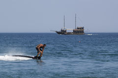 Oidentifierad turkisk man som svävas ovanför vattnet Royaltyfri Foto
