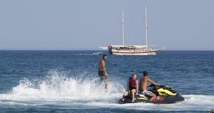 Oidentifierad turkisk man som svävas ovanför vattnet Royaltyfria Foton