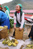 Oidentifierad ung flicka som säljer bananer i den Lung Phin marknaden Arkivbilder
