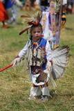 Oidentifierad ung indian under den 40th årliga Thunderbird indianpowwowen royaltyfri bild