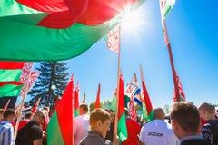Oidentifierad ungdom från patriotiska flaggor för partiBrsm håll på berömmen av Victory Day Arkivfoton