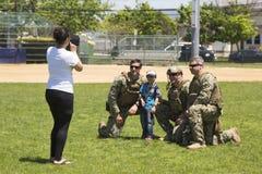 Oidentifierad USA-marin från EOD-laget som tar bilden med åskådaren efter demonstration för min motåtgärder under den hastiga vec Arkivfoto