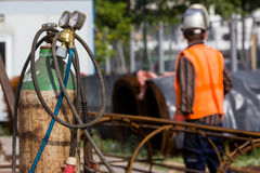 Oidentifierade arbetare som arbetar med konkret järn på en constructio Fotografering för Bildbyråer