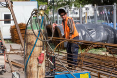 Oidentifierade arbetare som arbetar med konkret järn på en constructio Arkivfoto