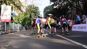 Oidentifierade barn av Kolkata stadsrollerskating på den blockerade vägen, Indien stock video