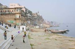 Oidentifierade barn flyger drakar i himlen på flodstrand av den sakrala floden Ganges Arkivbilder