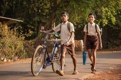 Oidentifierade barn går till skolan i morgonen i Gokarna, Indien Royaltyfria Bilder