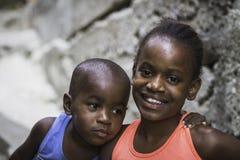 Oidentifierade barn i Favela (slumkvarter) i Rio de Janeiro royaltyfria foton