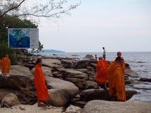 Oidentifierade buddistiska munkar arkivfoton