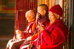 Oidentifierade buddistiska munkar near stupaen Boudhanath Stupa är en av de störst i världen Royaltyfri Fotografi