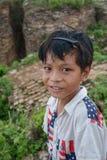 Oidentifierade Burmese barn som ler med thanakadeg på framsidan som poserar på Augusti 01, 2015 i M Fotografering för Bildbyråer