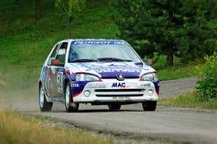 Oidentifierade chaufförer på vit- och blåtttappningPeugeot 106 en tävlings- bil Royaltyfri Fotografi