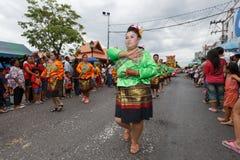 Oidentifierade dansare utför traditionell thailändsk-Esan dans på den traditionella stearinljusprocessionfestivalen av Buddha Royaltyfria Foton