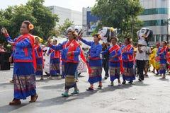Oidentifierade dansare utför traditionell thailändsk-Esan dans på den traditionella stearinljusprocessionfestivalen av Buddha Arkivfoto
