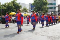 Oidentifierade dansare utför traditionell thailändsk-Esan dans på den traditionella stearinljusprocessionfestivalen av Buddha Arkivbilder