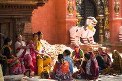 Oidentifierade deltagare protesterar inom en aktion att avsluta våld mot kvinnor (VAW), November 29, 2013 i Katmandu Arkivbilder