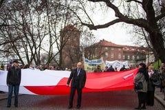 Oidentifierade deltagare som firar nationell självständighetsdagen en republik av Polen Arkivbilder
