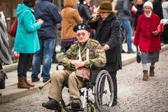 Oidentifierade deltagare som firar nationell självständighetsdagen en republik av Polen Arkivfoton
